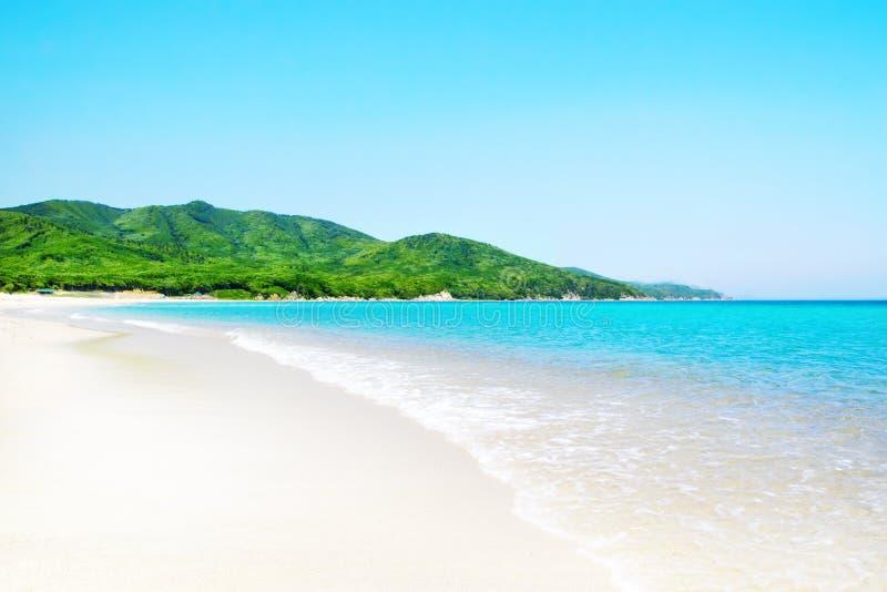 Playa asoleada blanca tropical imagenes de archivo