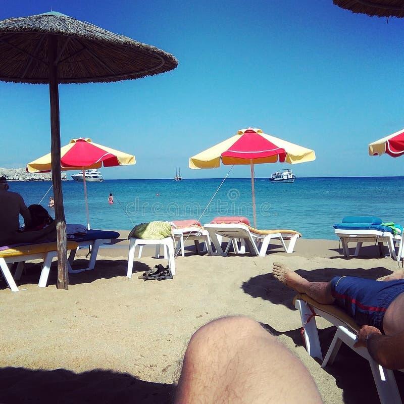 Playa asoleada en Grecia imagen de archivo libre de regalías