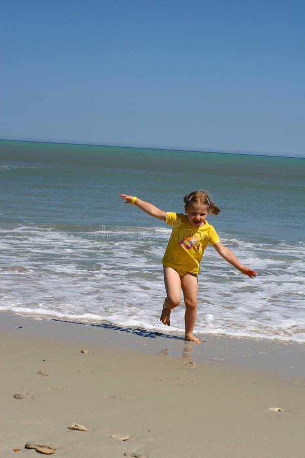 Playa asoleada y muchacha asoleada foto de archivo