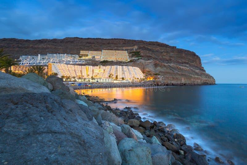 Playa atlántica de la isla de Gran Canaria en Taurito en la oscuridad foto de archivo libre de regalías
