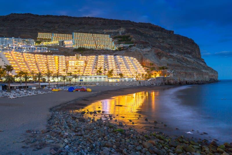 Playa atlántica de la isla de Gran Canaria en Taurito en la oscuridad imágenes de archivo libres de regalías