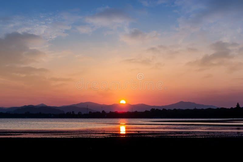 Playa ay de la montaña de la puesta del sol fotos de archivo libres de regalías
