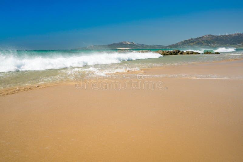 Playa azotada por el viento de Tarifa, España fotos de archivo libres de regalías