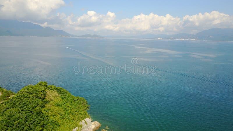 Playa azul de la antena de la roca del mar de la playa foto de archivo