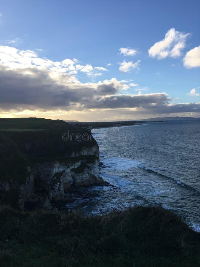 Playa baja del cielo azul del sol de los acantilados fotos de archivo