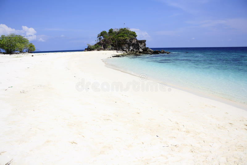 Playa blanca de la arena al lado del océano imagen de archivo libre de regalías