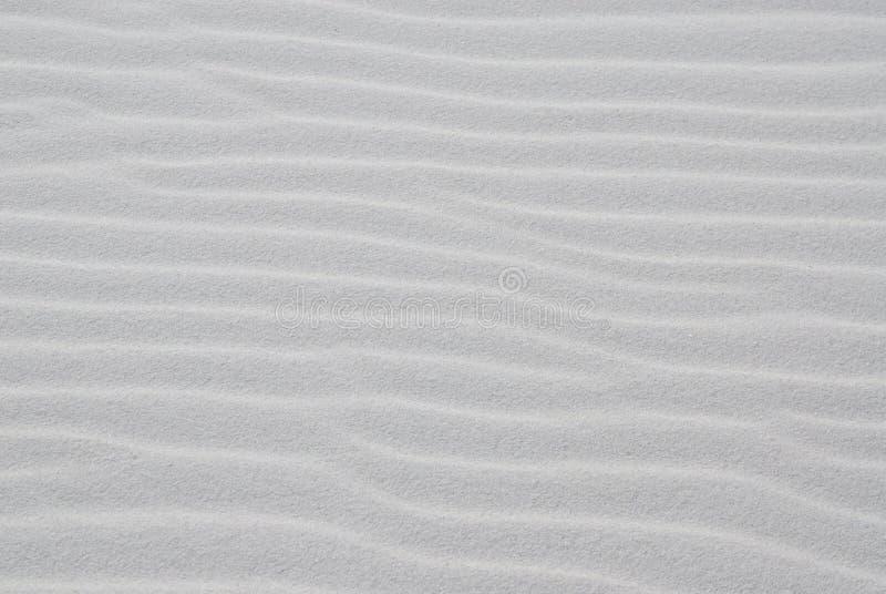 Playa blanca de la arena con las ondulaciones imagen de archivo libre de regalías