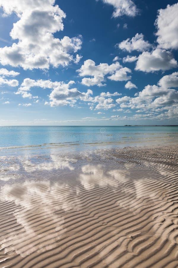 Playa blanca de la arena del paraíso tropical foto de archivo