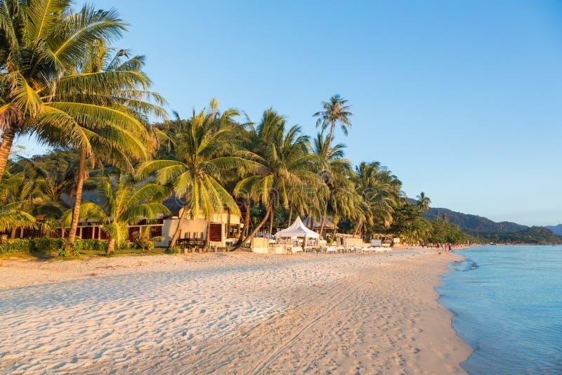 Playa blanca de la arena en Koh Chang