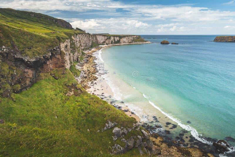 Playa blanca de la arena de la línea de la playa de Irlanda del Norte imagen de archivo libre de regalías