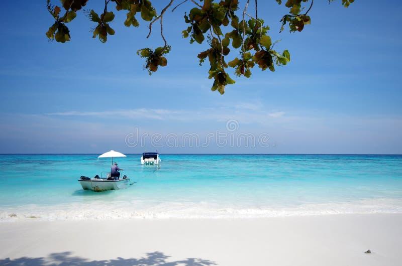 Playa blanca de la arena y cielo azul imagen de archivo libre de regalías