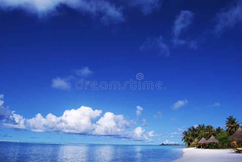Playa blanca de la arena y cielo azul azul imagen de archivo libre de regalías