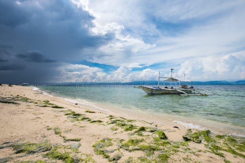 Playa blanca de las arenas en Moalboal, Filipinas fotos de archivo libres de regalías