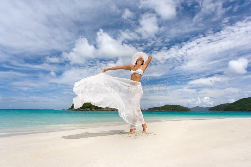Playa blanca del sarong de la mujer imagen de archivo
