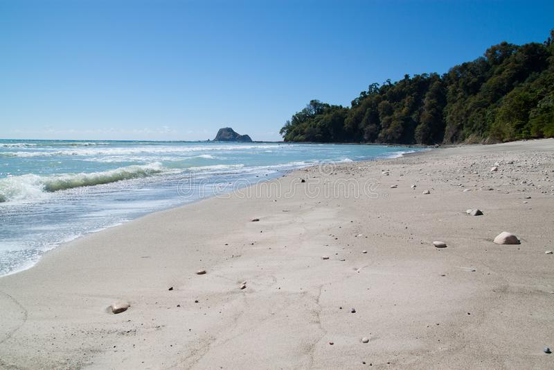 Playa blanca hermosa de la arena en Costa Rica imágenes de archivo libres de regalías