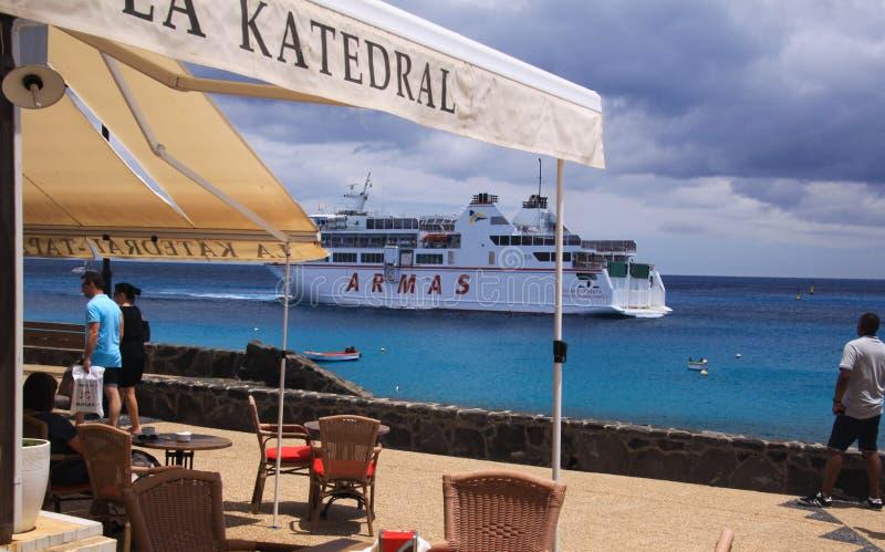 PLAYA-BLANCA, LANZAROTE - JUNI 14 2019: Sikt längs restaurang på färjan som ankommer från Fuerteventura fotografering för bildbyråer