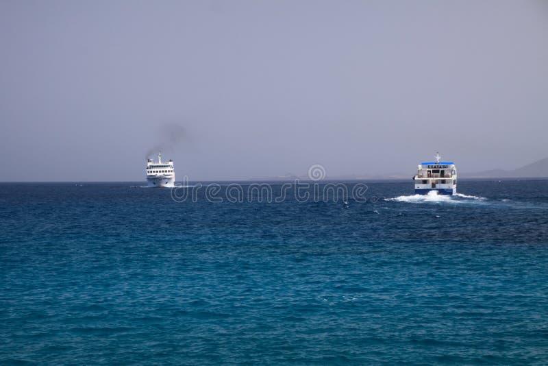 PLAYA-BLANCA, LANZAROTE - JUNI 14 2019: Sikt på bilen och passagerarfärjan mellan Lanzarote och Fuerteventura arkivfoto