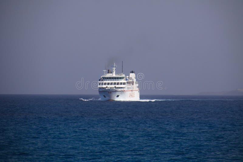 PLAYA-BLANCA, LANZAROTE - JUNI 14 2019: Weergeven op auto en passagiersveerboot tussen Lanzarote en Fuerteventura royalty-vrije stock afbeeldingen