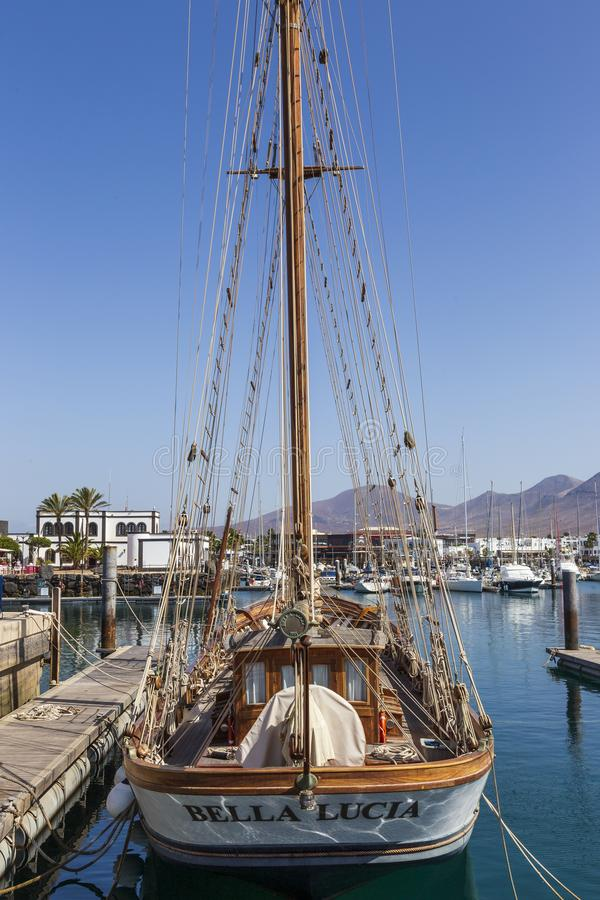 Playa Blanca, Spanien, 03-13-2019 Gammal segelbåt på Playa Blanca Harbor Lanzarote kanarief?gel?ar tenerife arkivfoto