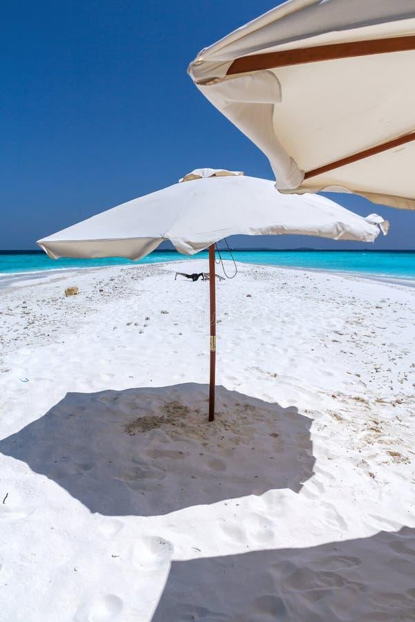 Playa blanca tropical hermosa de la arena de Maldivas con el paraguas y agua azul fotos de archivo libres de regalías