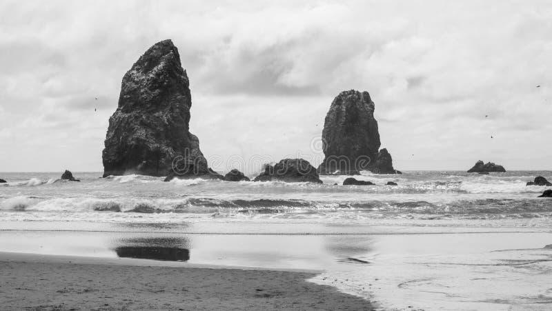 Playa blanco y negro en la costa rocosa de Oregon imágenes de archivo libres de regalías