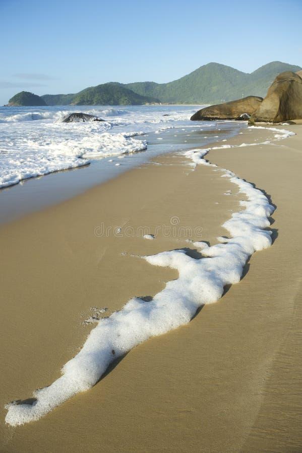 Playa brasileña escénica Trindade Paraty el Brasil RJ de la espuma del mar imagen de archivo libre de regalías