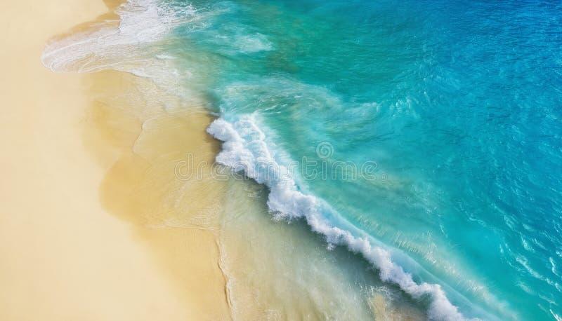Playa como fondo de la visi?n superior Ondas y agua azul como fondo Paisaje marino del verano del aire Isla de Bali, Indonesia fotografía de archivo