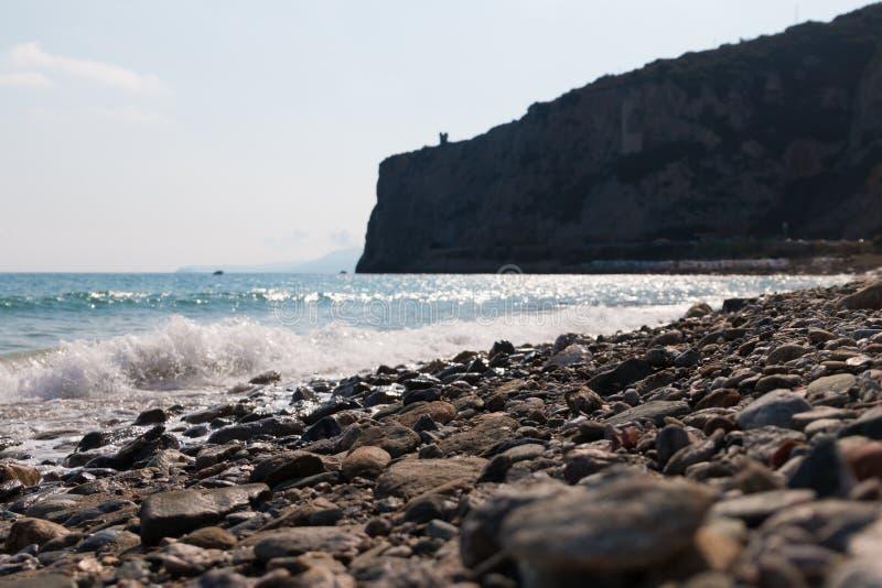 Download Playa Con El Acantilado En Fondo Imagen de archivo - Imagen de cubo, paisaje: 100532013