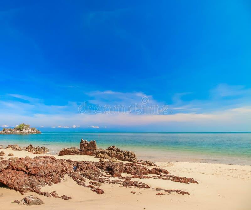 Playa con el cielo azul imagenes de archivo