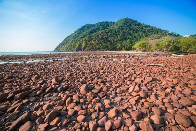Download Playa Con El Mar De Piedra Y Tropical Imagen de archivo - Imagen de azul, montaña: 41920443