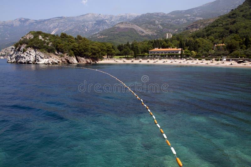 Playa con el mar y la montaña fotos de archivo libres de regalías