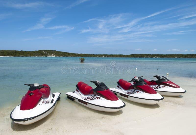 Playa con Jet Skis foto de archivo