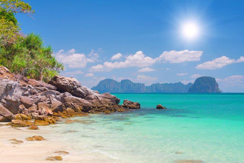 Playa con la arena blanca y el mar tropical foto de archivo libre de regalías