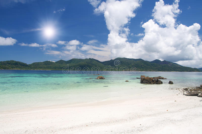 Playa con la arena y el mar blancos fotos de archivo