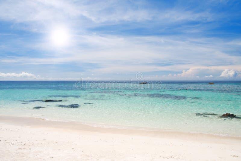Playa con la arena y el mar blancos fotos de archivo libres de regalías