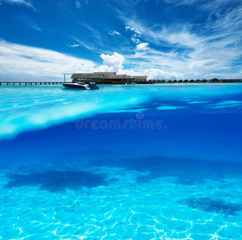 Playa con la opinión subacuática de la parte inferior blanca de la arena foto de archivo libre de regalías