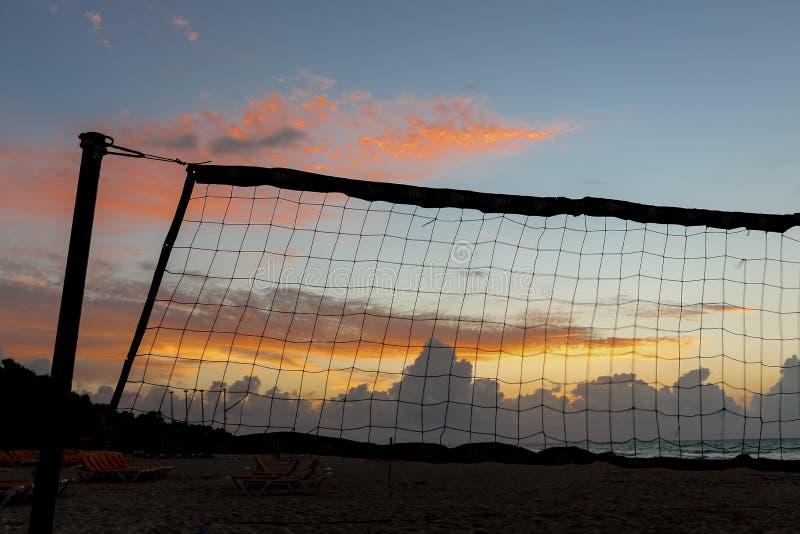 Playa con la red del voleibol en la salida del sol fotos de archivo libres de regalías