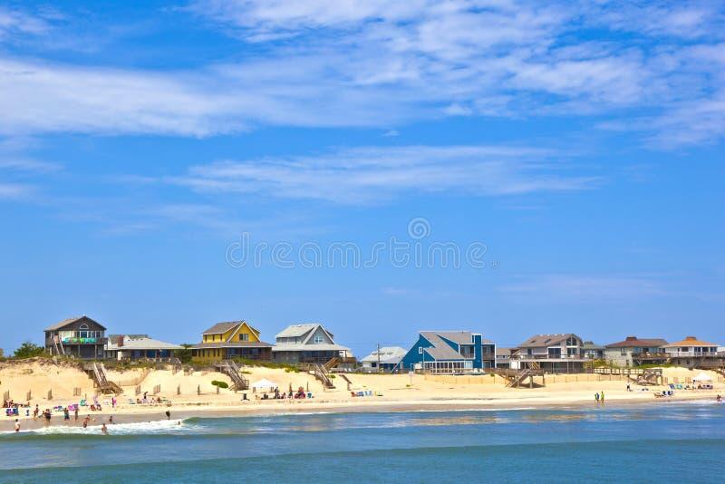 Playa con las cabañas el al frente de las quejas imagenes de archivo
