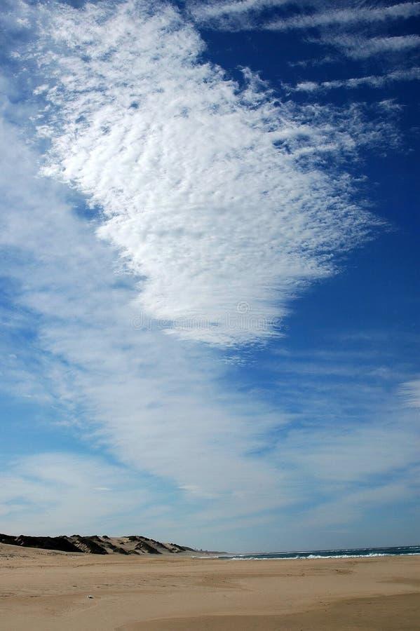 Playa con las nubes imagen de archivo libre de regalías