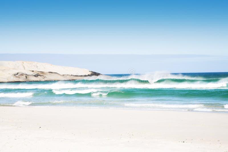 Playa con las ondas fotos de archivo libres de regalías