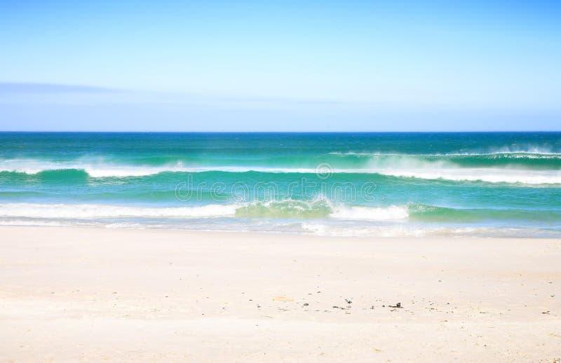 Playa con las ondas imagen de archivo