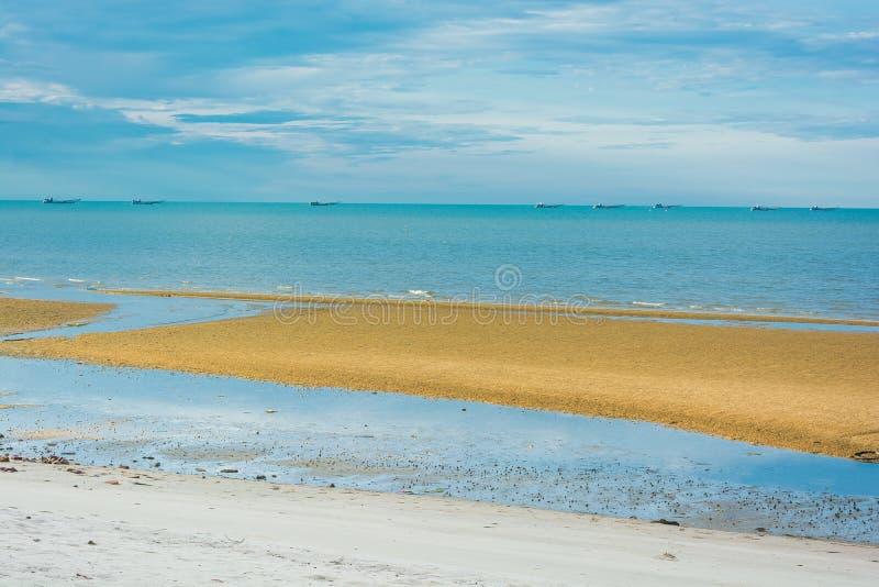 Download Playa Con Los Barcos De Pesca En El Mar Foto de archivo - Imagen de pescados, perfecto: 42434260