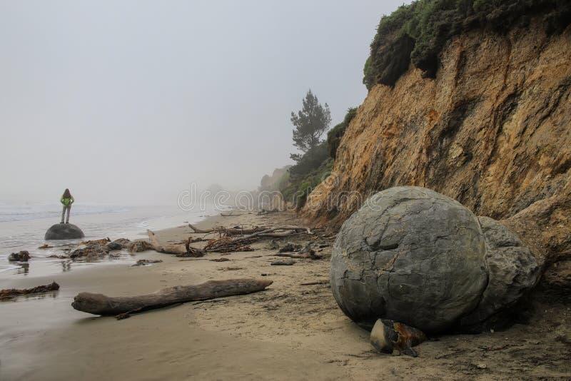 Playa con los cantos rodados de Moeraki, Otago, isla del sur, Nueva Zelanda de Koekohe foto de archivo