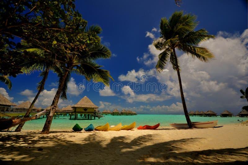 Playa con los kajaks en Bora Bora fotos de archivo libres de regalías