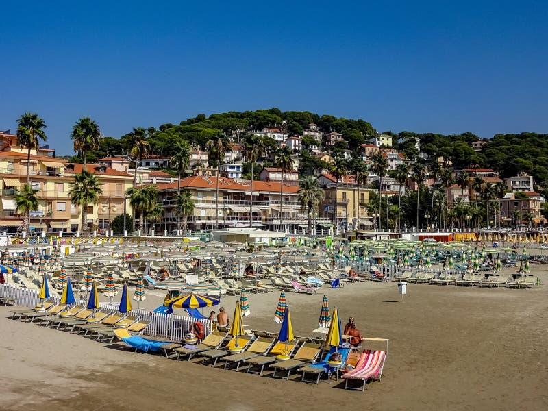 Playa con los parasoles en Andora fotos de archivo