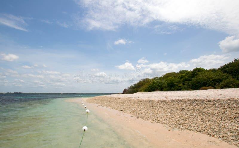 Playa coralina remota debajo de las nubes de cúmulo en parque nacional de la isla de la paloma apenas de la costa de Trincolamee  fotografía de archivo libre de regalías