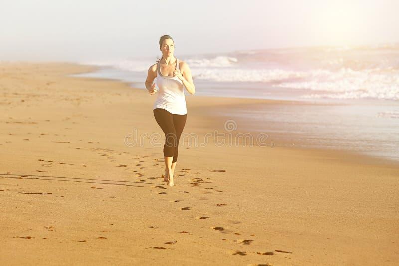 Playa corriente de la mujer foto de archivo