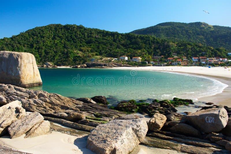 Playa cristalina del mar en Niteroi, Rio de Janeiro, imagenes de archivo