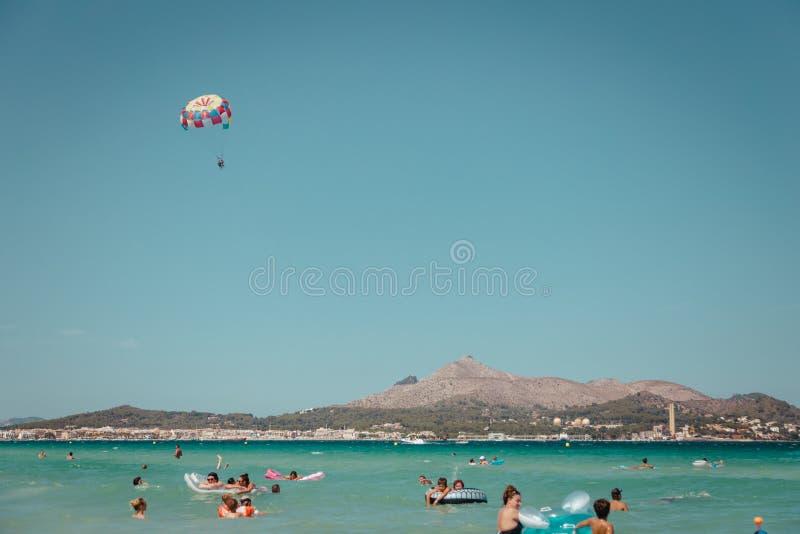 Playa de穆罗角majorca西班牙parasailers在天空中 免版税库存图片