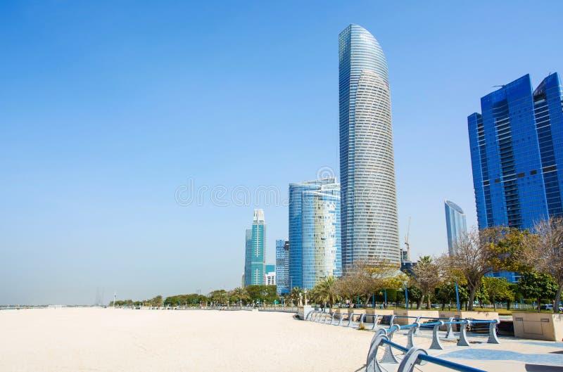 Playa de Abu Dhabi Corniche y área que camina con la opinión de la señal de foto de archivo